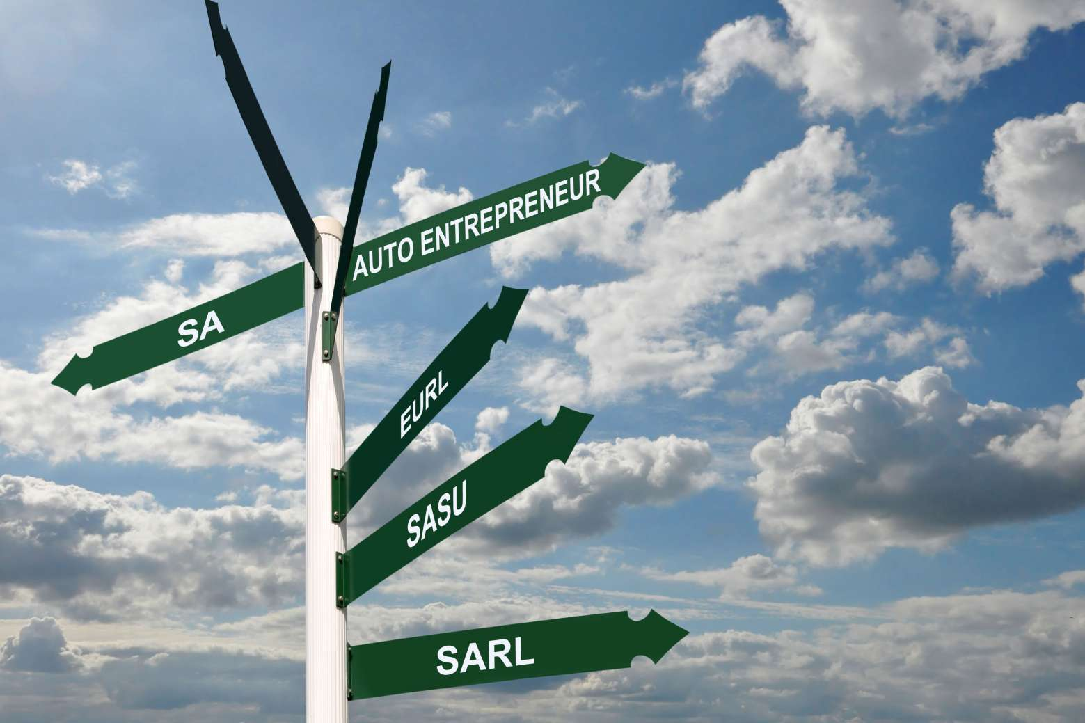 Un panneau devant un ciel nuageux mentionnant des directions SARL, SASU, AUTO ENTREPRENEUR